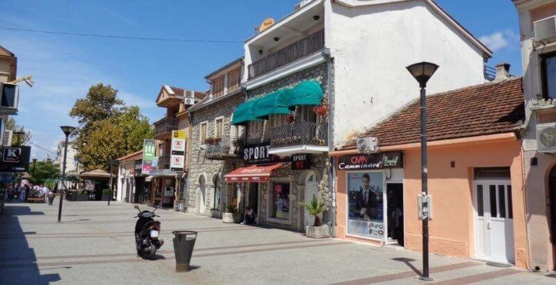 Burası Podgorica merkezde bir cadde.Akşamları tıklım tıklım.Kira fiyatları ise 200 Euro dan başlıyor.Karadağ da şirket kurmak isteyenler için en ideal yer Podgorica.Karadağ da şirket kurmak